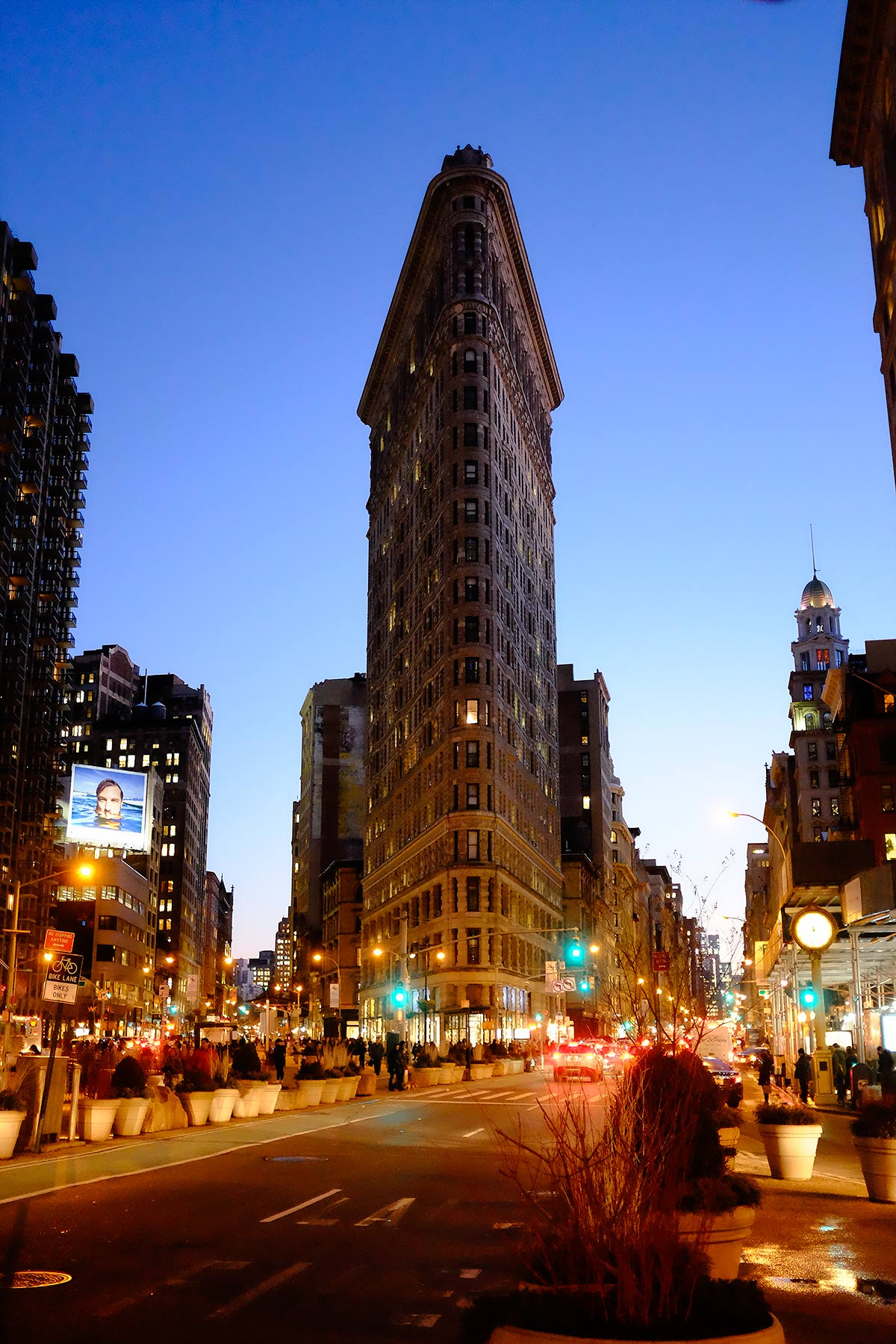 Flat_Iron_Building_at_Night_Manhattan