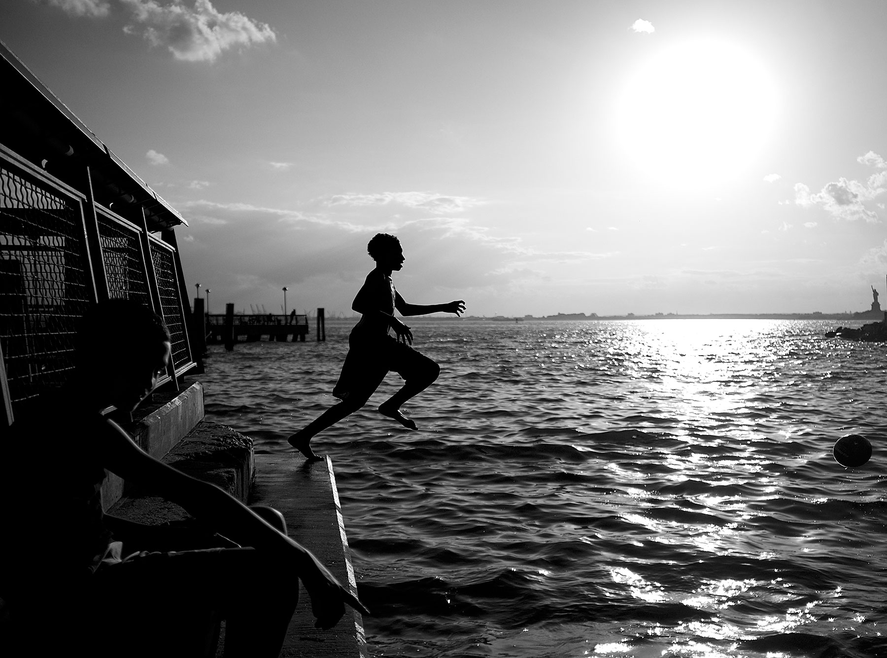 kids-jumping-into-ny-harbor-from-pier